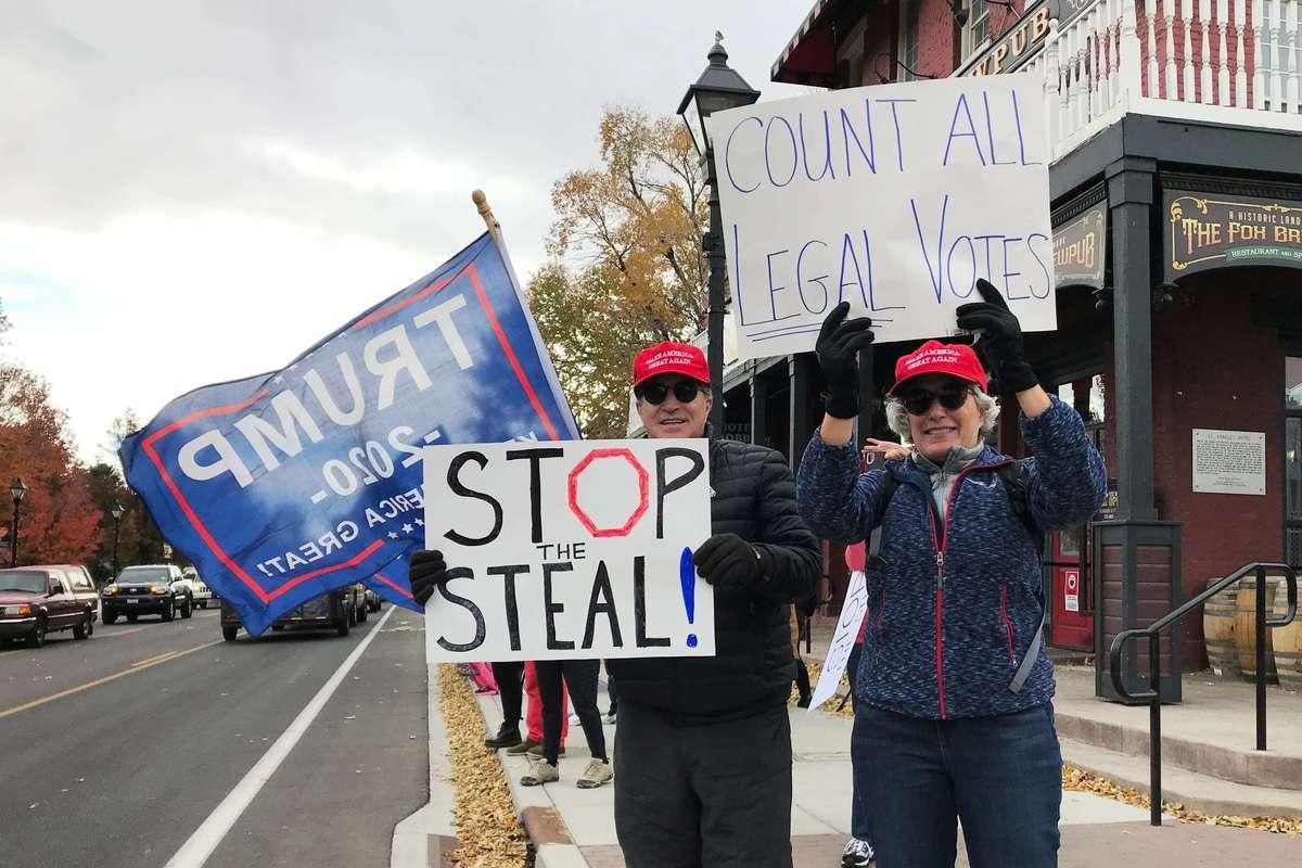 11月7日,內華達州首府卡森市數百名選民舉行抗議活動,要求法院調查選票被盜事情,還給美國民眾真相。(曹景哲/大紀元)