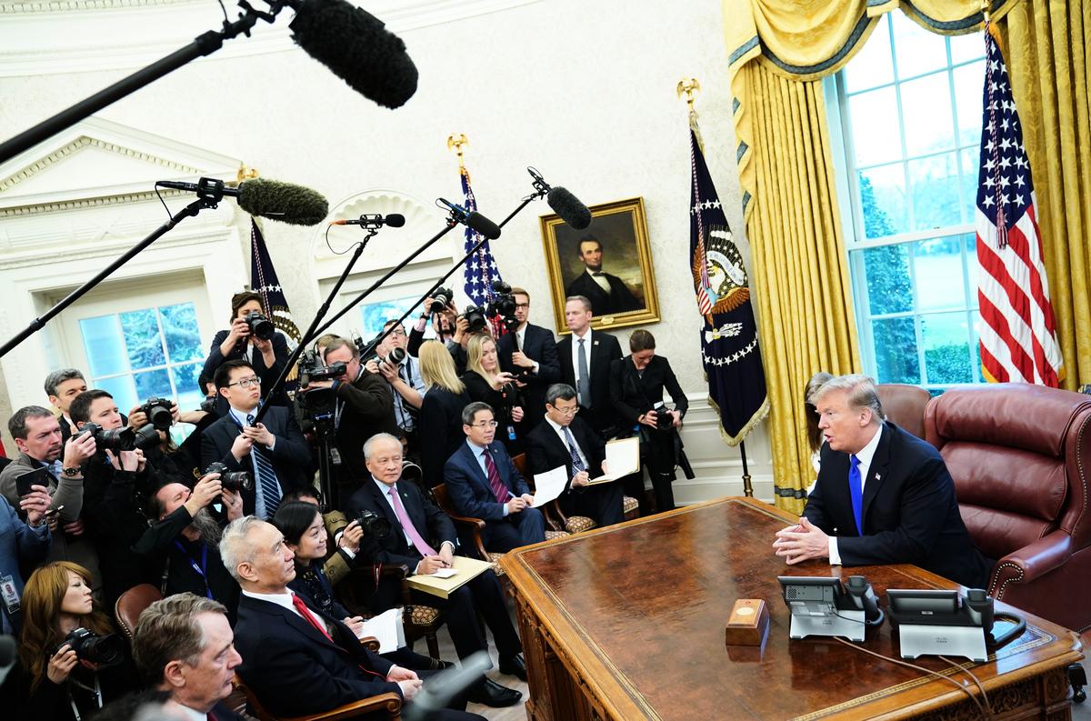 圖為上周五(2月22日),特朗普在白宮會見劉鶴。(MANDEL NGAN / AFP)