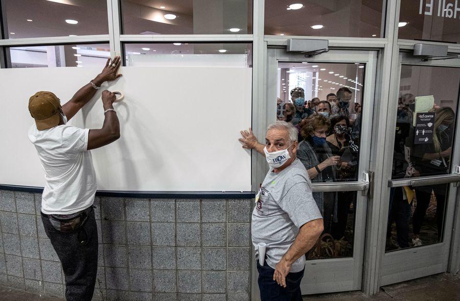 底特律缺席選票計數混亂 堵窗戶擋觀察員