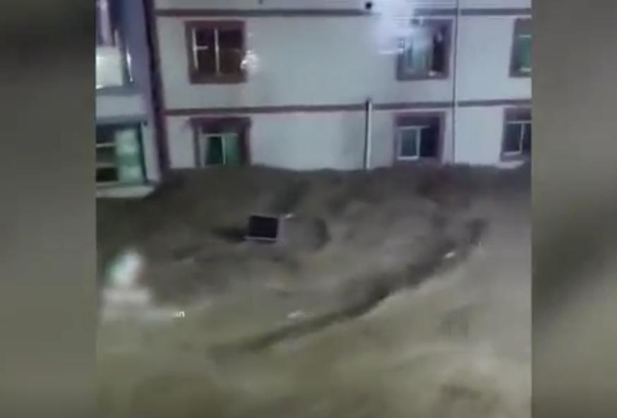 2021年8月9日凌晨,四川瀘州古藺縣丹桂鎮洪災,全鎮大淹水。(影片截圖)