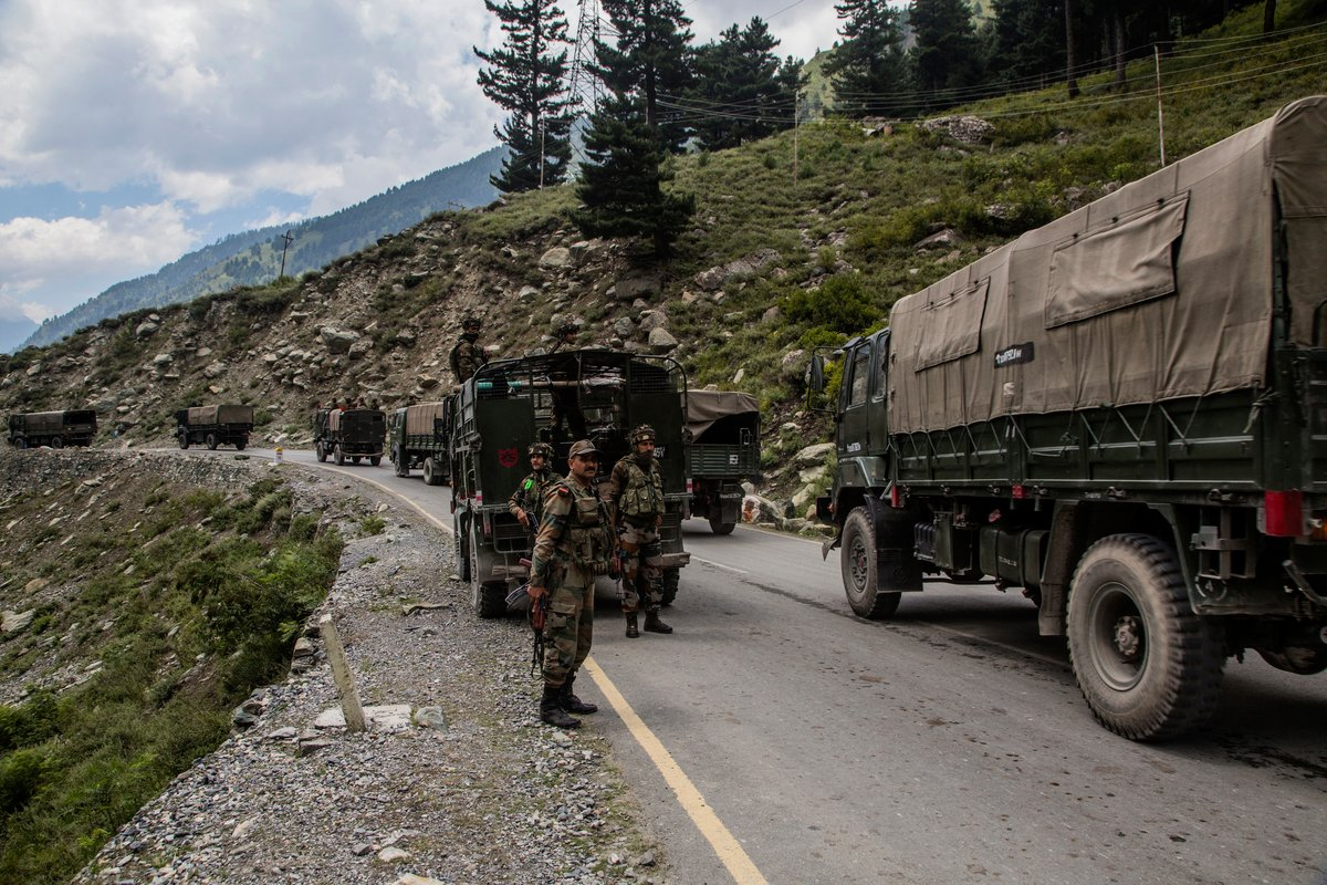 圖為印度士兵2020年9月4日在中印邊境運輸物資。(Yawar Nazir/Getty Images)