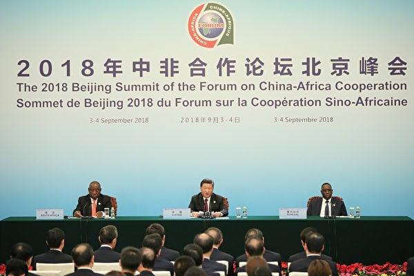 2018年9月,與非洲國家的「中非峰會」在北京召開,中共大手一揮,再向非洲提供600億美元的無償援助。網民對中共「大撒幣」外交嚴重不滿,怒批「韭州拿掉一大筆成了非洲」。(WANG ZHAO/AFP/Getty Images)