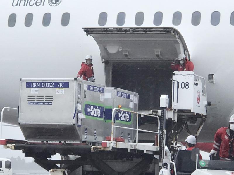 日本航空JL809今(6月4日)早上從日本起飛,載運著日本政府提供台灣的124萬劑阿斯利康疫苗,下午抵達台灣桃園機場。(駐日代表處提供/中央社)