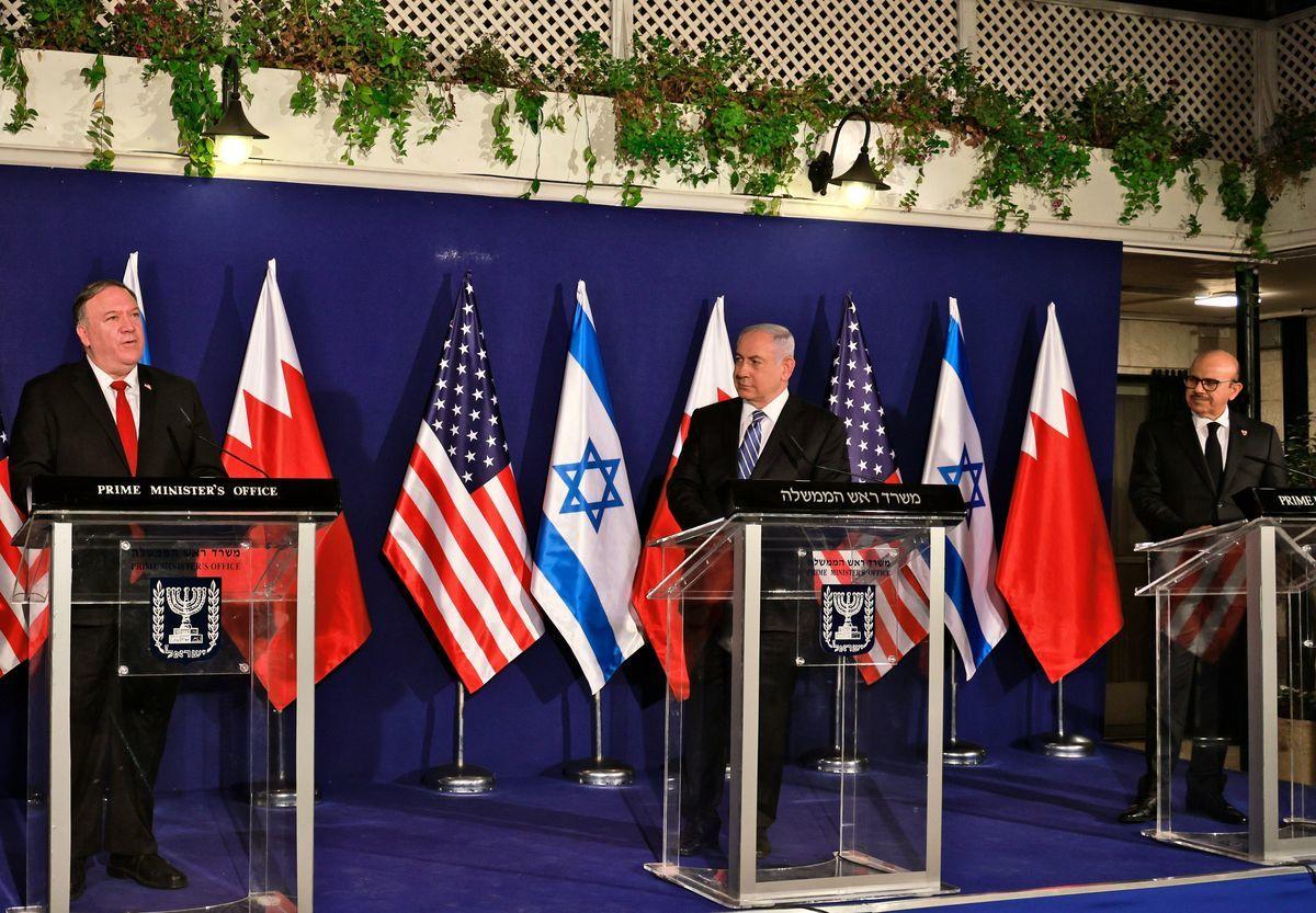 2020年11月18日,(左至右)美國國務卿邁克·蓬佩奧(Mike Pompeo)、以色列總理本傑明·內塔尼亞胡(Benjamin Netanyahu)和巴林外交大臣阿卜杜拉蒂夫·本·拉希德·扎耶尼(Abdullatif bin Rashid Al Zayani)在耶路撒冷舉行的三方會議後舉行新聞發佈會。(MENAHEM KAHANA/POOL/AFP via Getty Images)