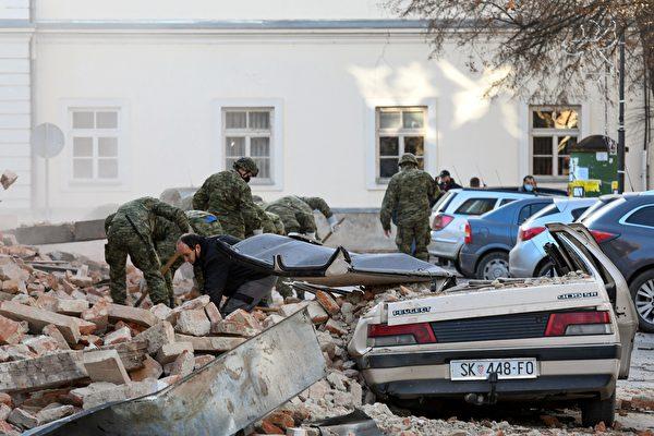 2020年12月29日,克羅地亞彼得里尼亞(Petrinja),該鎮遭受6.4級地震襲擊後,一群士兵正在進行清理工作。(DENIS LOVROVIC/AFP via Getty Images)