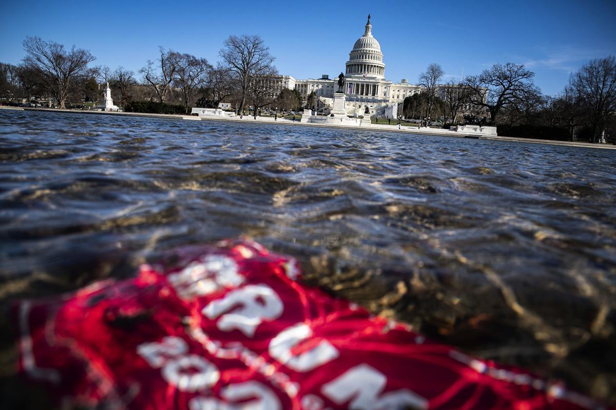 美國2020年選舉前後,政商各界的種種卑鄙和背叛的展現,令人怵目驚心。圖為1月9日國會山前的反射池中飄落的特朗普競選標語。(Al Drago/Getty Images)