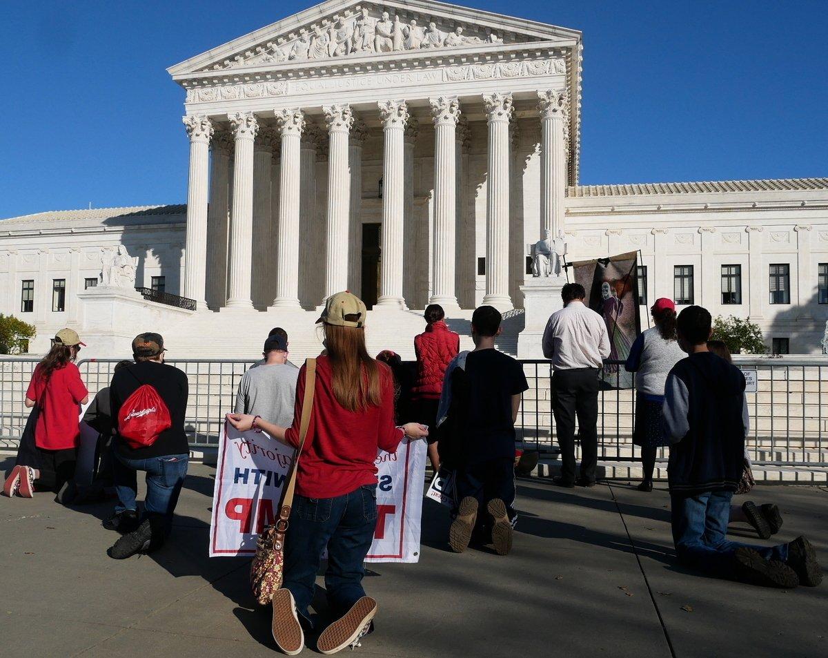 2020年11月7日,美國人在最高法院前為特朗普祈禱。(李辰/大紀元)