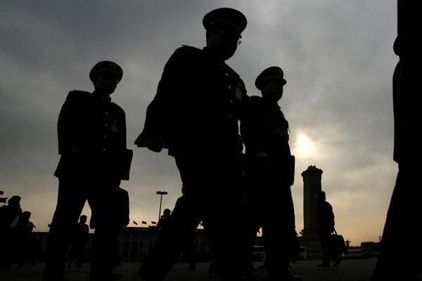 12月25日,內蒙古公安局發生內訌,一名中層警官槍擊5名同事,其中兩名副局長死亡。北京已介入調查處理,當地官方封鎖消息。圖為中共公安警察示意圖。(MARK RALSTON/Getty Images)