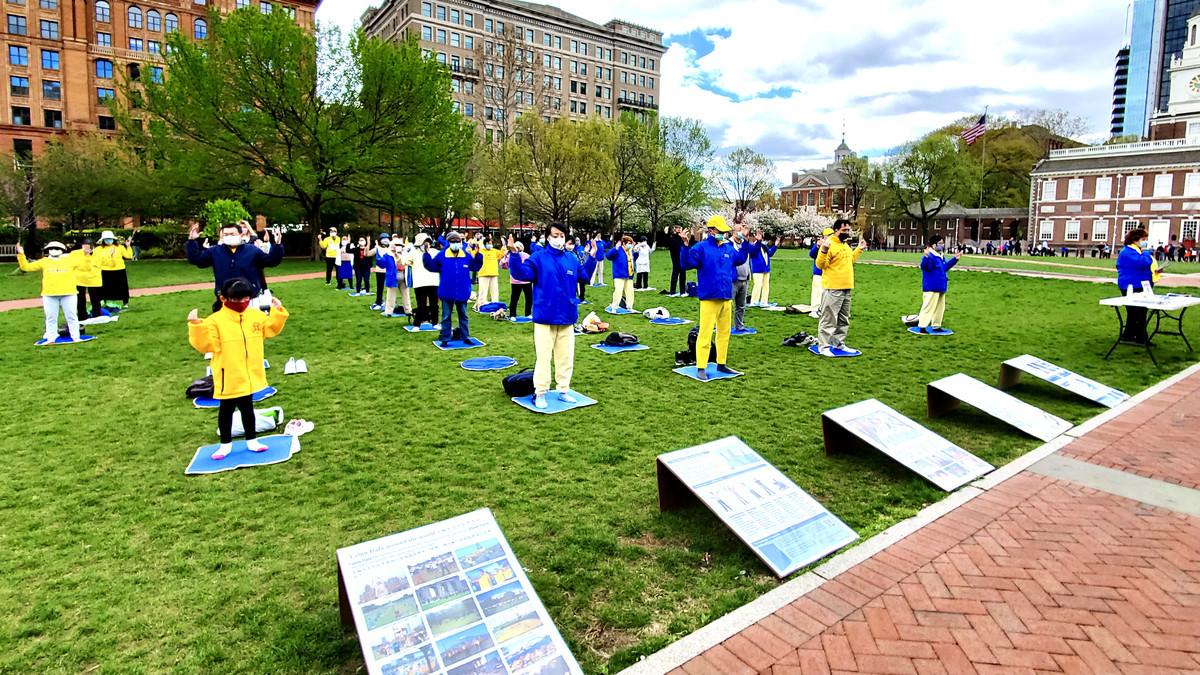 大費城地區部份法輪功學員近百人,在美國國家獨立歷史公園的費城自由鐘廣場舉辦活動,紀念萬名法輪功學員1999年4月25日在北京和平上訪22周年。(李臻婷/大紀元)