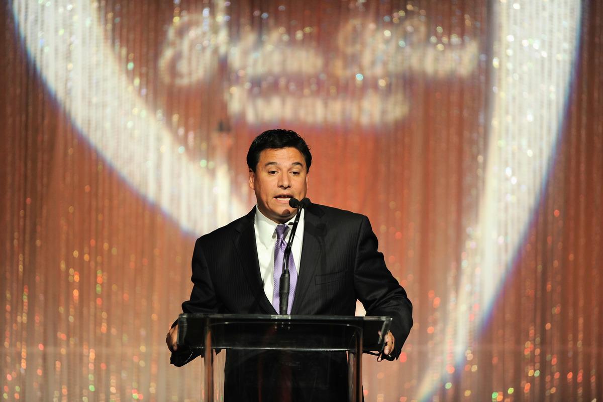 聯邦大陪審團7月30日對洛杉磯市議員何塞・赫札爾(Jose Huizar)提出了34項罪名的起訴。圖為2011年5月9日,市議員何塞・赫札爾(Jose Huizar)在比華利山舉辦的第11屆Golden Hearts頒獎典禮上發表講話。(Alberto E. Rodriguez/Getty Images)