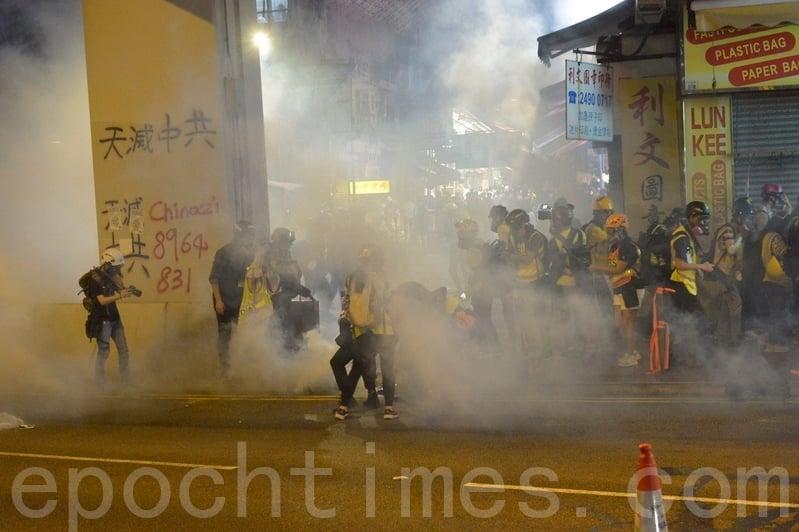 2019年11月10日,在香港荃灣警察向記者群、民眾、商場、通道發射多枚催淚彈。(余天祐/大紀元)