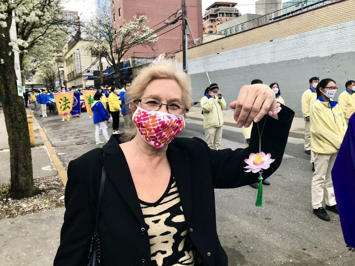 2021年4月18日,法拉盛社區領袖瑪莎(Martha Flores Vazquez)到場支持紐約市法輪功學員舉辦紀念4.25萬名法輪功學員和平上訪的遊行集會。(林宜君/大紀元)