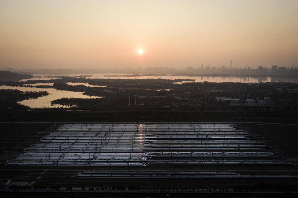 《推背圖》56像之卦預言中共肺炎驚人巧合。圖為古稱「九省通衢」的武漢在肺炎迅猛中全面停駛的高鐵列車。(攝於2020年2月9日,Getty Images)