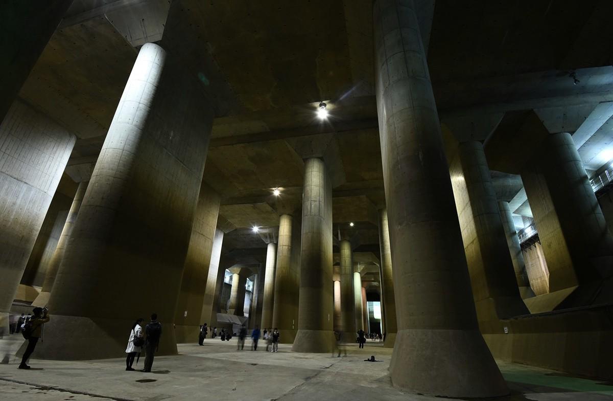 2015年11月14日,在日本旅遊者參觀被稱為「地下神殿」的巨大下水道網。(TORU YAMANAKA/AFP via Getty Images)