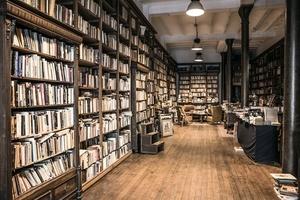 十八世紀教堂內的英國二手書店
