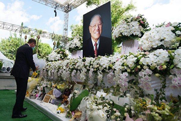 美國衛生部長阿扎(Alex Azar)8月12日前往台北賓館拜祭中華民國故前總統李登輝。(台灣外交部提供)