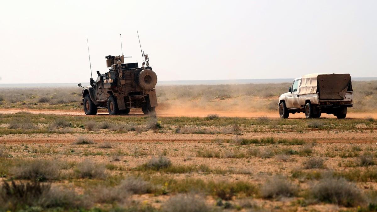美國總統特朗普周六(2月16日)表示,哈里發即將陷落,美國要求歐洲盟友帶回800多名在敘利亞抓捕的ISIS武裝份子,讓他們接受審判。因為美國不希望看到他們滲透歐洲。圖為2月14日在敘利亞東部的 Deir Ezzor,由美國支持的盟軍護航的打擊ISIS的車輛。(DELIL SOULEIMAN/AFP/Getty Images)