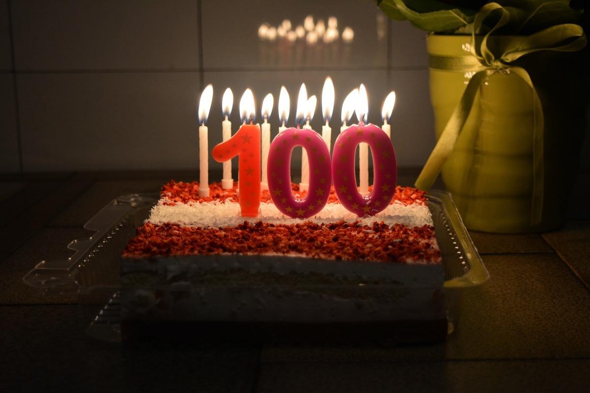 美國賓夕凡尼亞州女子舒斯特(Ruth Shuster)剛過完100歲生日。她還在麥當勞工作。圖為100歲的生日蛋糕。(Pixabay)