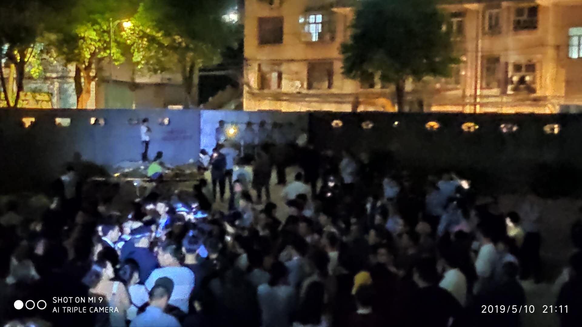 5月10日晚,湖南長沙市榮盛花語書苑業主因為小區消防通道的事情維權,一名警察在人群擁擠的情況下拔槍並且開槍。(受訪者提供)