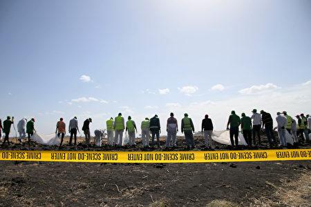 圖為2019年3月12日,法醫調查員和恢復隊在埃塞俄比亞航空公司墜毀的302航班現場收集個人物品和其它材料。這架波音737 Max 8航班從亞的斯亞貝巴起飛後6分鐘失事,造成157名乘客和機組人員死亡。(Jemal Countess/Getty Images)
