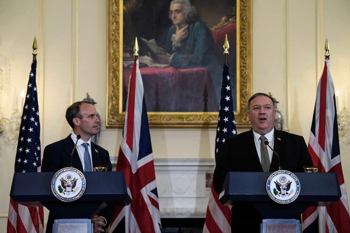 2020年9月16日,蓬配奧與英國外交大臣舉行聯合新聞發佈會。(NICHOLAS KAMM/POOL/AFP via Getty Images)