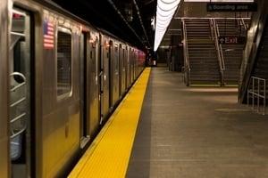 列車進站幾秒前 英勇乘客救起墜軌的殘疾男