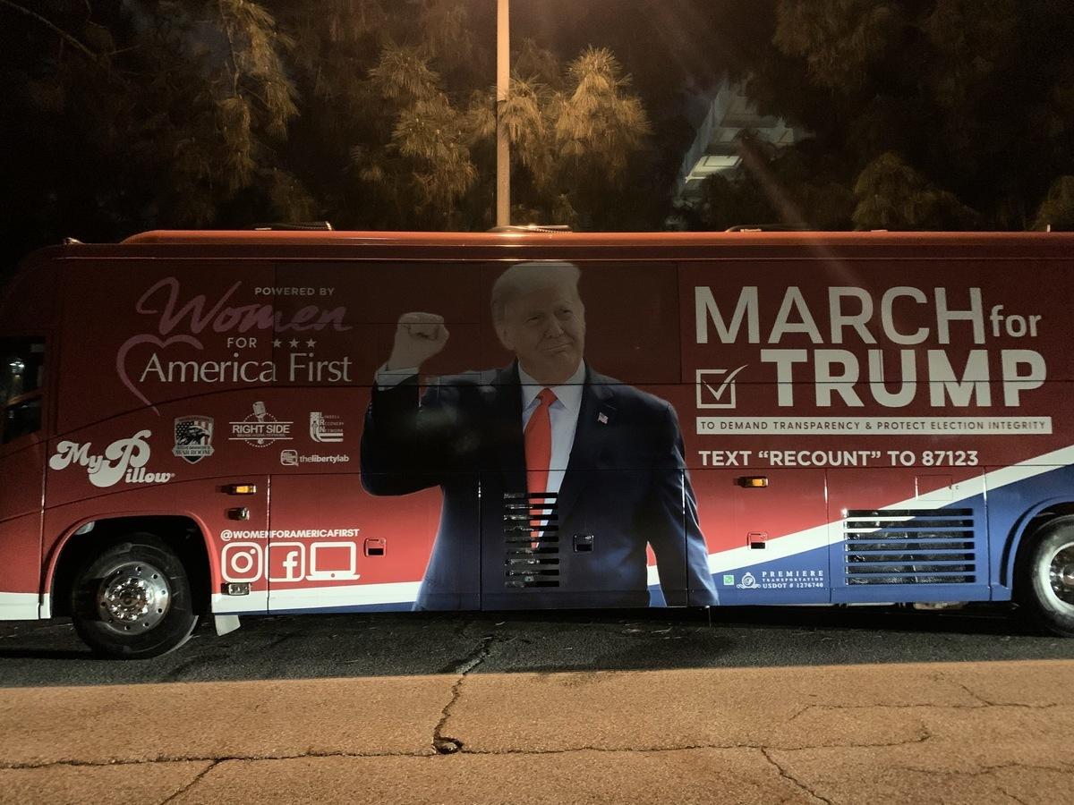 2020年12月27日晚,為期11天的全國性活動——「為特朗普遊行」(March For Trump)巴士之旅,從加州帕薩迪納(Pasadena)正式啟程。(姜琳達/大紀元)