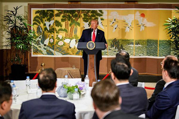 周日(6月30日)上午,特朗普總統向南韓商業領袖講話。他表示,在達成中美貿易協議之前,不會取消已經施加的對華關稅。(Brendan Smialowski/AFP)