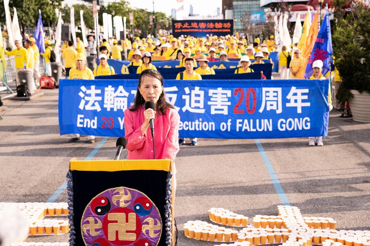 2019年7月15日,全球退黨服務中心負責人易蓉女士在紀念720反迫害20周年紐約中領館前的集會上發言。(戴兵/大紀元)