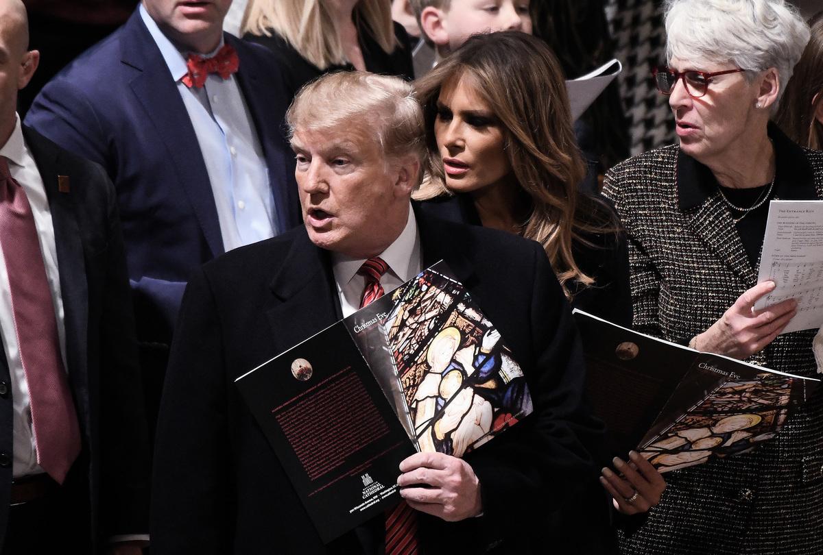 特朗普和拜登各自的支持者們,最大的差別可能在其精神信仰。圖為特朗普總統和夫人2018年聖誕節前夜在國家大教堂參加彌撒。 (Olivier Douliery - Pool/Getty Images)