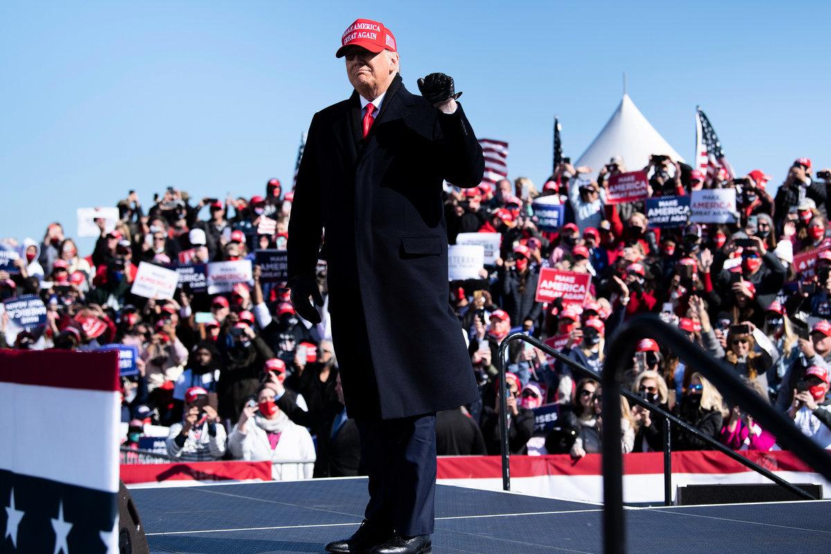 2020年11月2日,美國北卡羅來納州費耶特維爾(Fayetteville),特朗普抵達費耶特維爾地區機場,他將在競選集會上發表演說。(BRENDAN SMIALOWSKI/AFP via Getty Images)