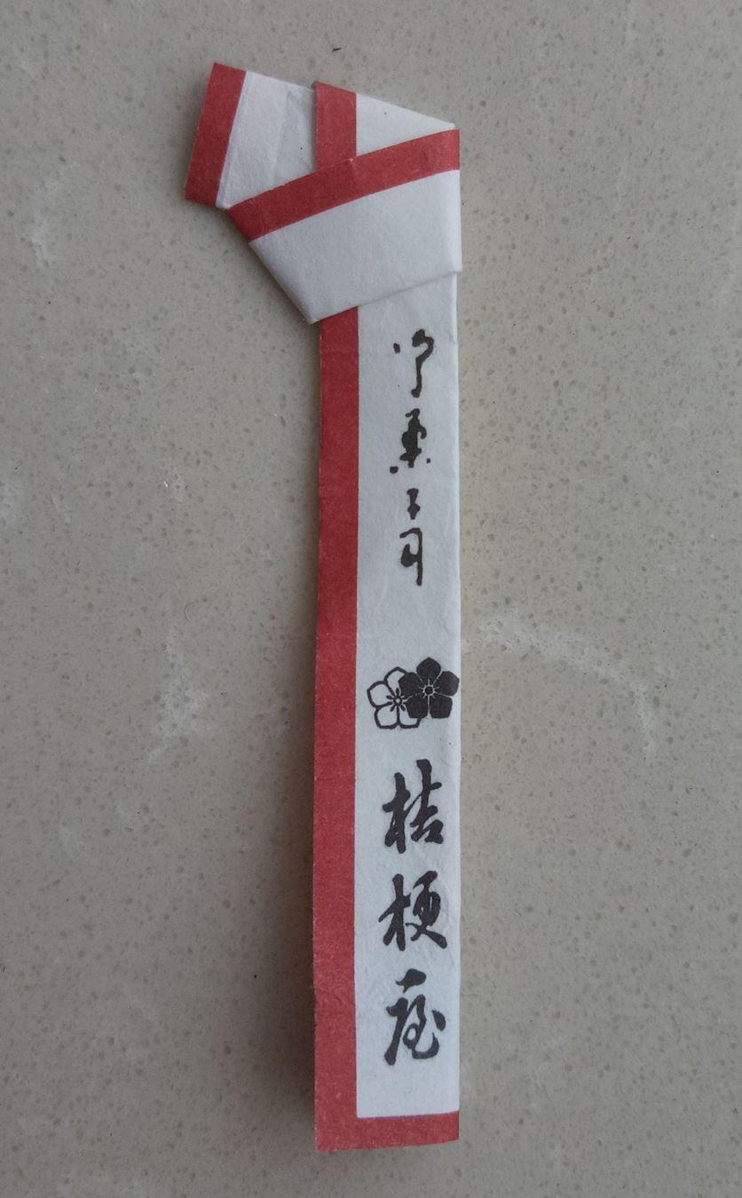 一種據說是為日本料理店提供的水果簽,成品看似分裝整齊、乾淨,但是製作環境陰暗、佈滿灰塵,製作者甚至還有愛滋病患者。(明慧網)
