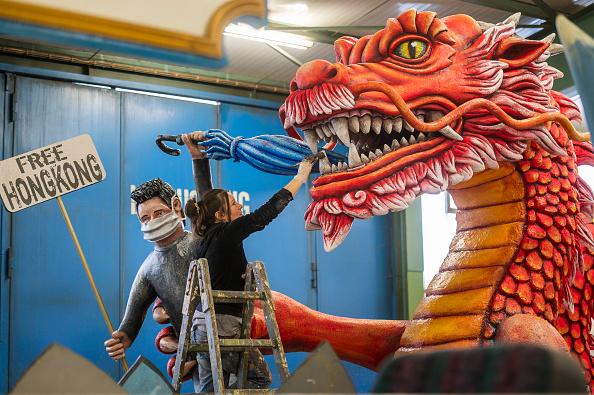 圖為在2020年2月美茵茲(Mainz)狂歡節上,從一個關於香港的花車可見,紅龍握住香港的脖子,一名男子手裏舉著「香港自由」的牌子。(Thomas Lohnes/Getty Images)
