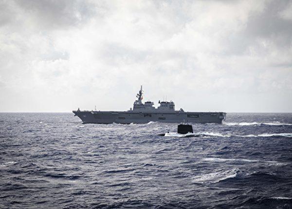 12月17日,法國海軍的魯比斯級核動力潛艇寶石號(S-604)和日本海上自衛隊的日向號直升機航母(DDH 181)與美軍的麥凱恩號驅逐艦(DDG 56)在菲律賓海域共同演練。(美國海軍)