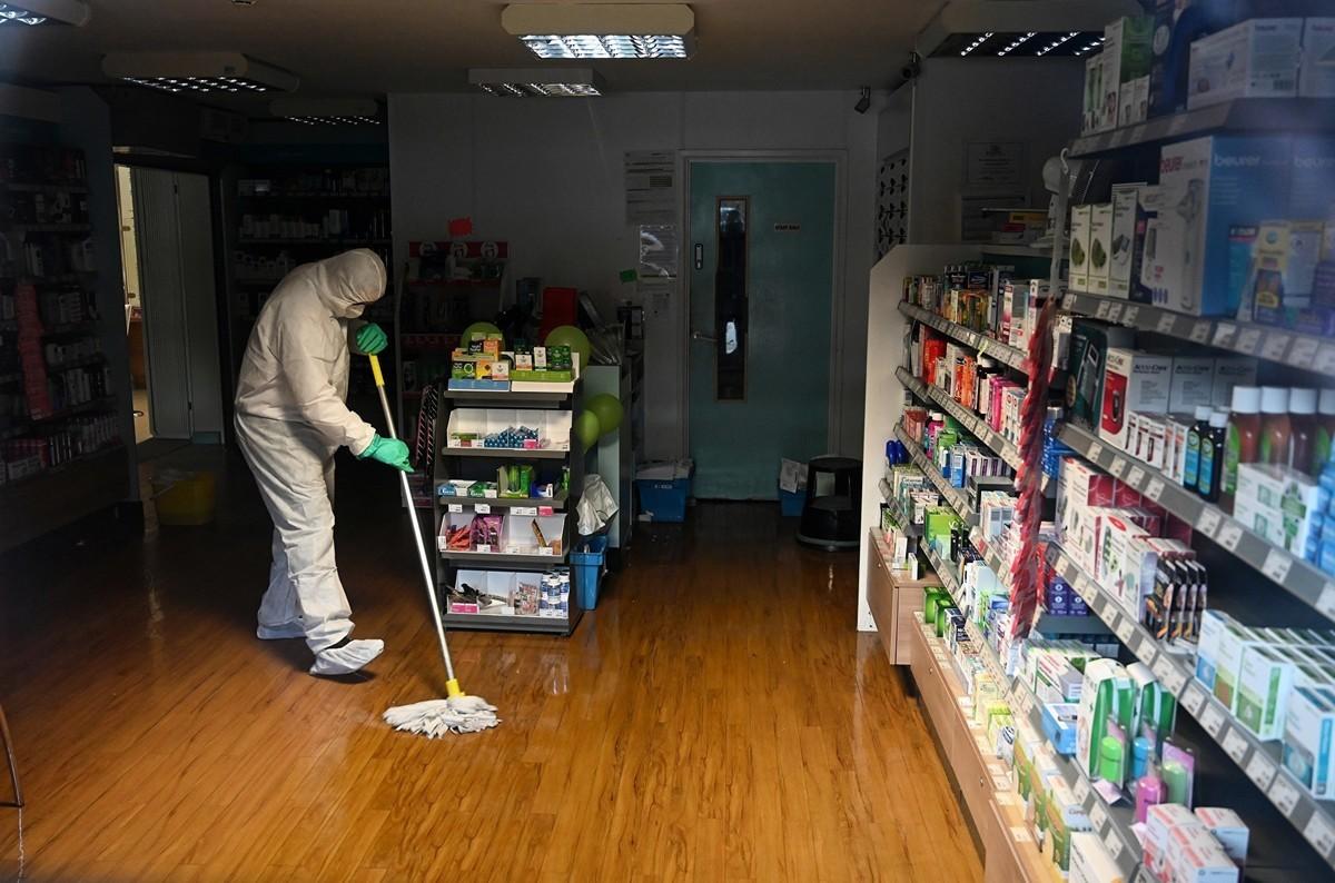 2020年2月10日,在英格蘭南部布賴頓郡橡樹醫療中心(County Oak Medical Centre in Brighton)的沃姆登(Warmdene)醫生外科手術室。在這張透過窗戶拍攝的照片中,穿著防護服、戴著口罩和手套的工人正在清洗該藥房的地板,報道稱有工作人員感染了英國9人感染中共病毒 1人曾參加數百人會議後,該醫療中心由於「緊急健康和安全原因」而關閉。(Glyn KIRK/AFP)
