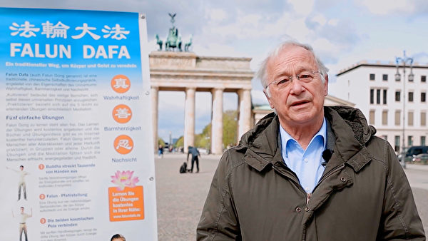 德國國會議員帕策爾特(Martin Patzelt)在勃蘭登堡門前,以影片的形式,向法輪功學員祝賀世界法輪大法日。(影片截圖)