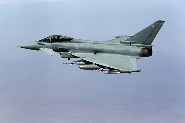 2016年9月21日,英國皇家空軍的颱風戰鬥機在伊拉克飛行,準備向伊斯蘭國的目標發起攻擊。(Petros Karadjias/AFP via Getty Images)