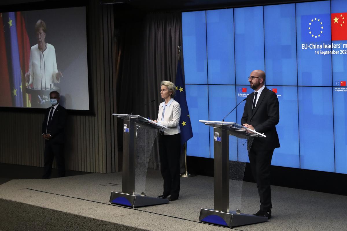 圖為9月14日,歐盟領導人在與習近平召開中歐峰會後,召開記者會。(Photo by YVES HERMAN/POOL/AFP)