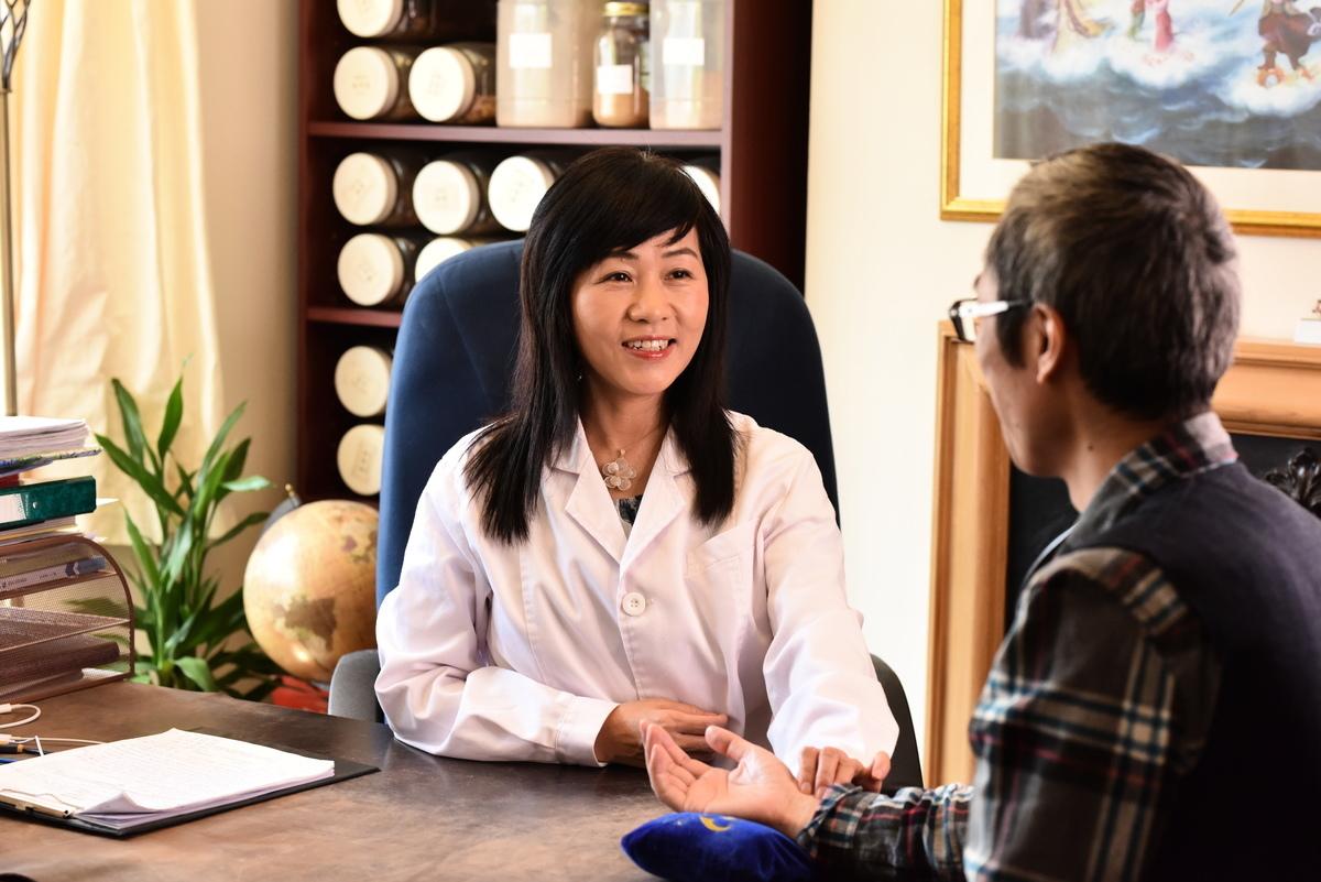 英國劍橋市的中醫大夫舒榮祖上歷代行醫,在新冠病毒(中共病毒)流行時她利用中醫治療瘟疫效果顯著。(受訪者提供)