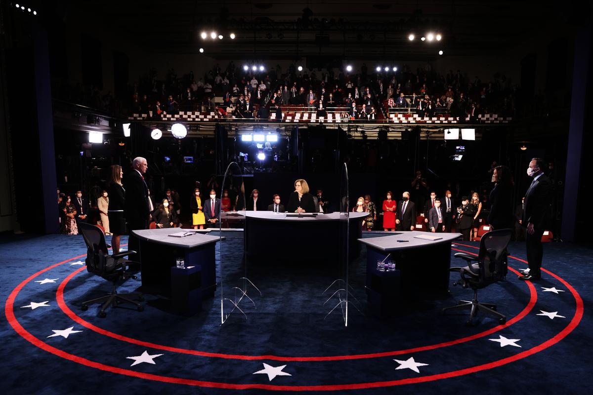 白宮資深記者蘇珊・佩奇(Susan Page)主持周三(10月7日)晚的美國副總統辯論會,副總統彭斯對決參議員賀錦麗。(Justin Sullivan/Getty Images)