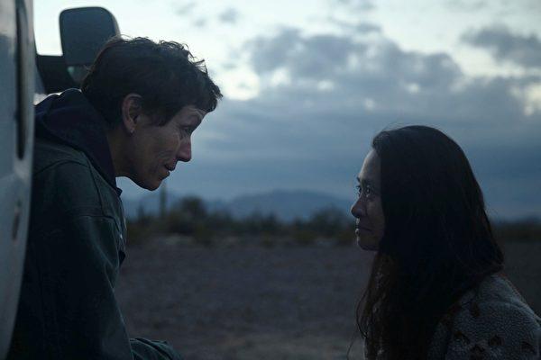 《遊牧人生》(NOMADLAND)女主角法蘭西絲·麥朵曼(Frances McDormand)與導演趙婷(Chloe Zhao)。(探照燈影業提供)