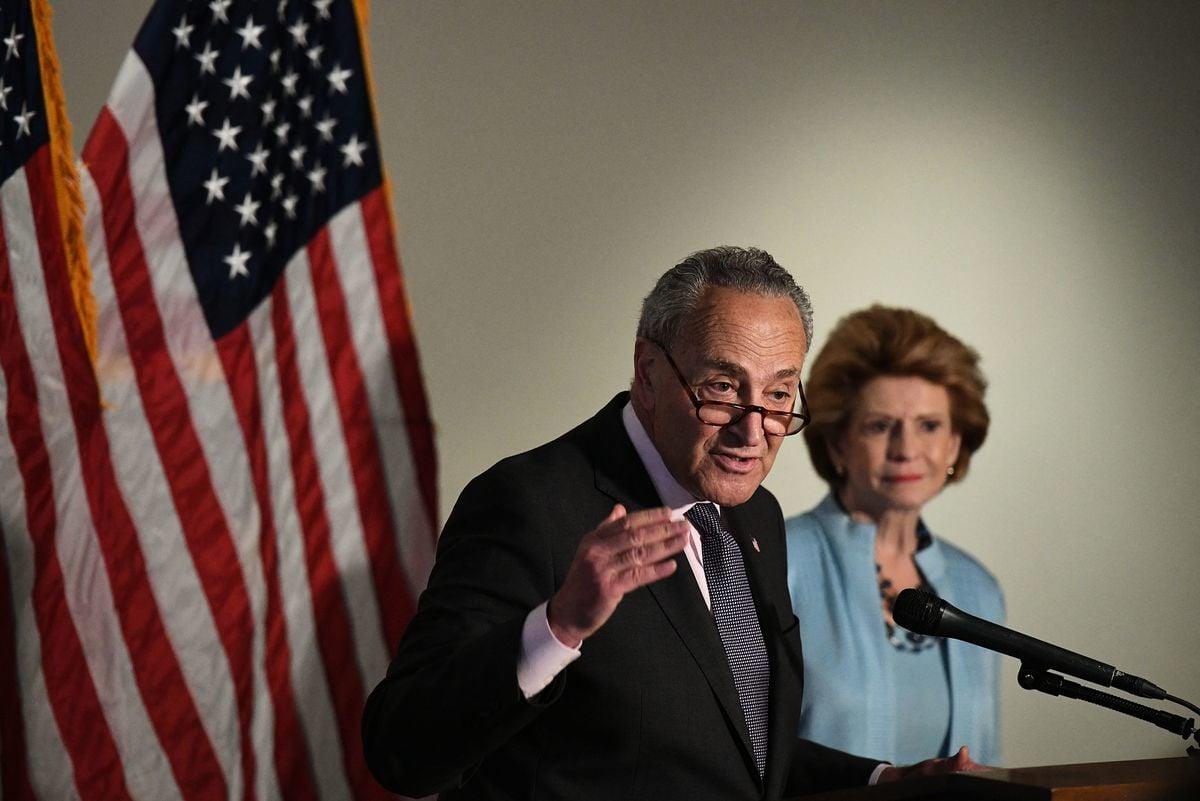 2021年5月25日,在華盛頓特區,參議院多數黨領袖查克‧舒默(Chuck Schumer)出席媒體會。 (MANDEL NGAN/AFP via Getty Images)
