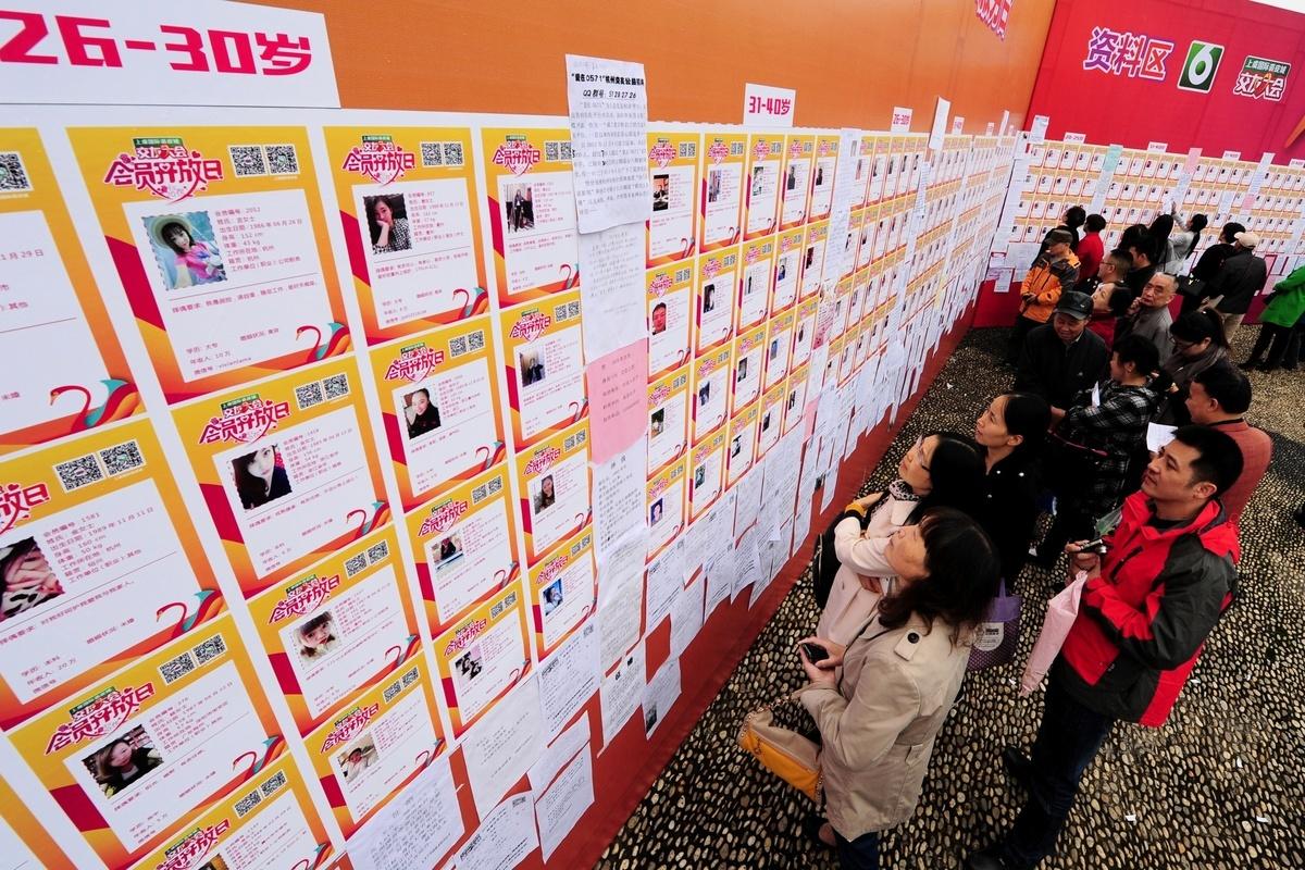 有調研報告顯示,逾四成白領租房住,超四成未婚且單身。圖為杭州舉辦的一個秋季相親會,但父母唱主角。(大紀元資料室)