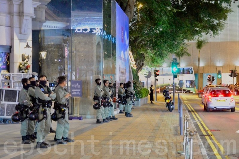 2019年11月28日,香港民眾在尖沙咀鐘樓舉行「援理大反對圍捕」集會。有警察在外戒備。(余天祐/大紀元)