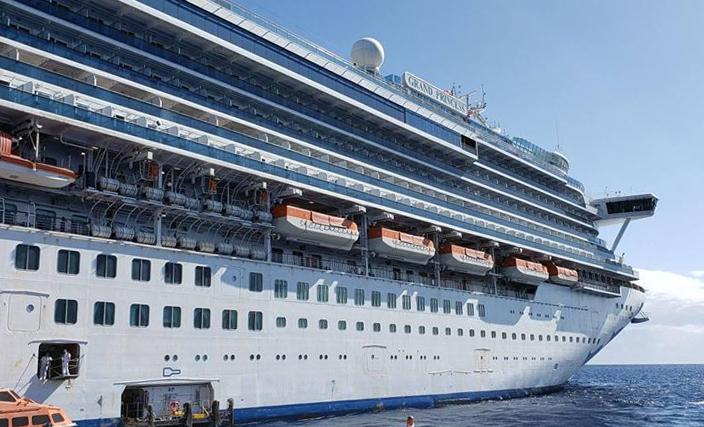 至尊公主號(Grand Princess)遊輪於2020年2月前往夏威夷。 美國衛生官員對船上的乘客和船員進行了中共病毒檢測,是否在3500名的遊輪上有感染者。至尊公主號上一些滯留的乘客出現了類似流感的症狀,在上一次航行中,一位71歲男性乘客因中共病毒死亡。(Handout/CAROLYN WRIGHT/AFP)