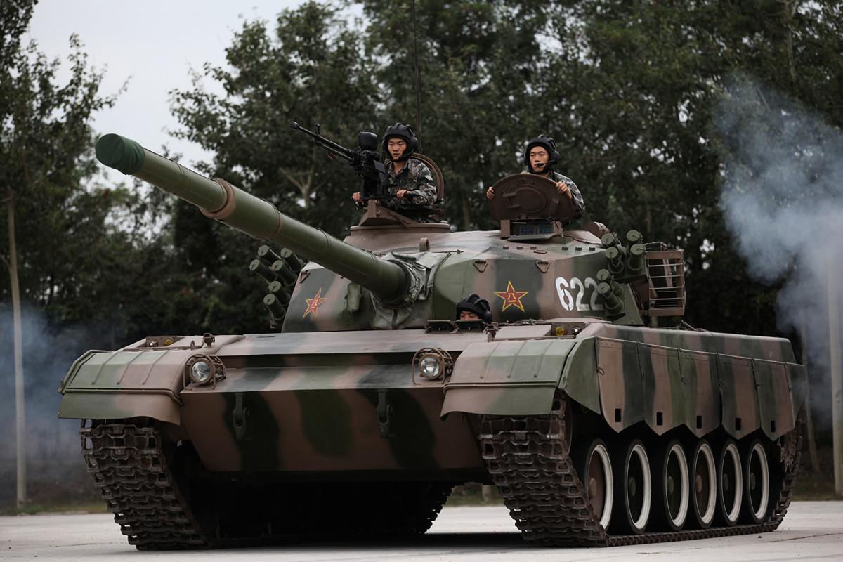 圖為2014年7月22日的北京,士兵駕駛坦克。(VCG/VCG via Getty Images)