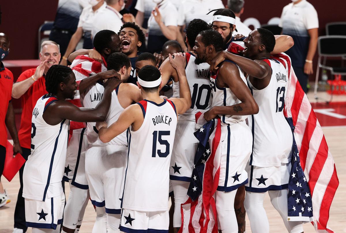 東京奧運會男籃決賽,美國隊以87:82戰勝法國隊,取得奧運男籃「四連冠」。(Ezra Shaw/Getty Images)