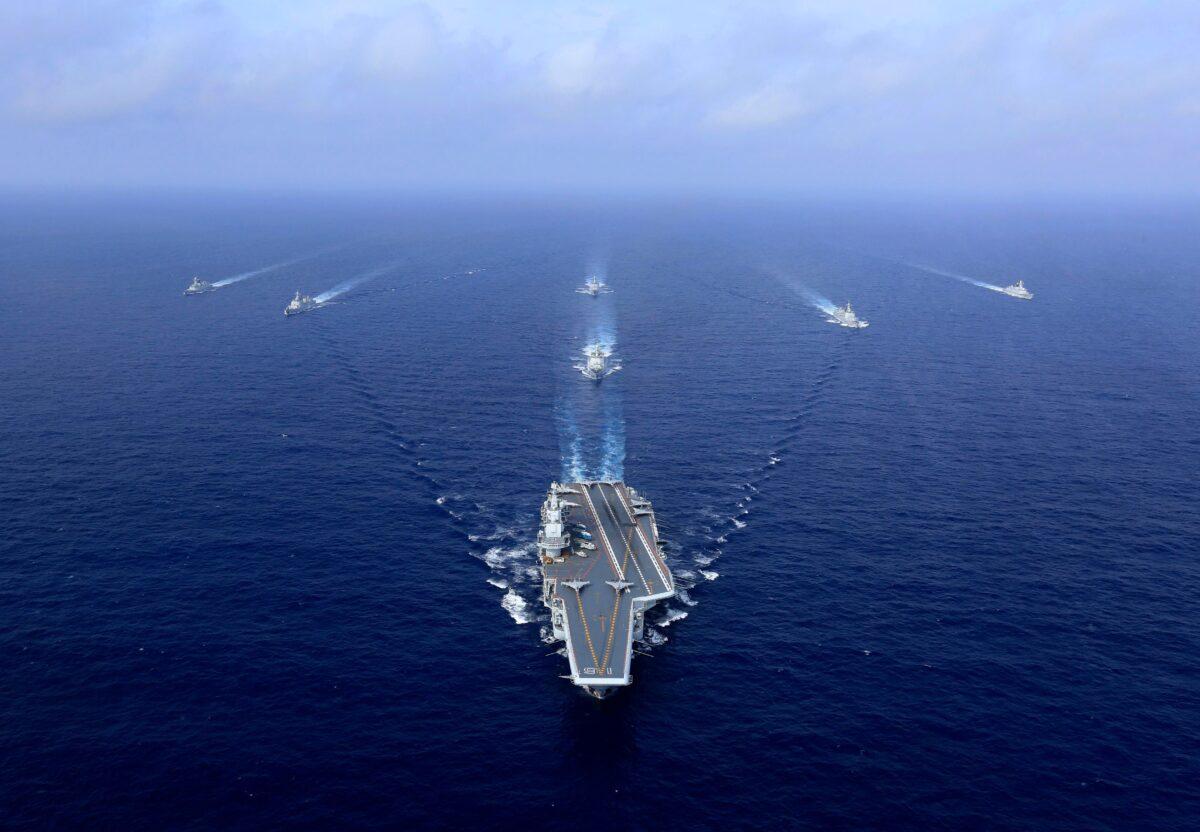 2018年4月18日,中國航母「遼寧號」(中)在演習中航行。(AFP via Getty Images)