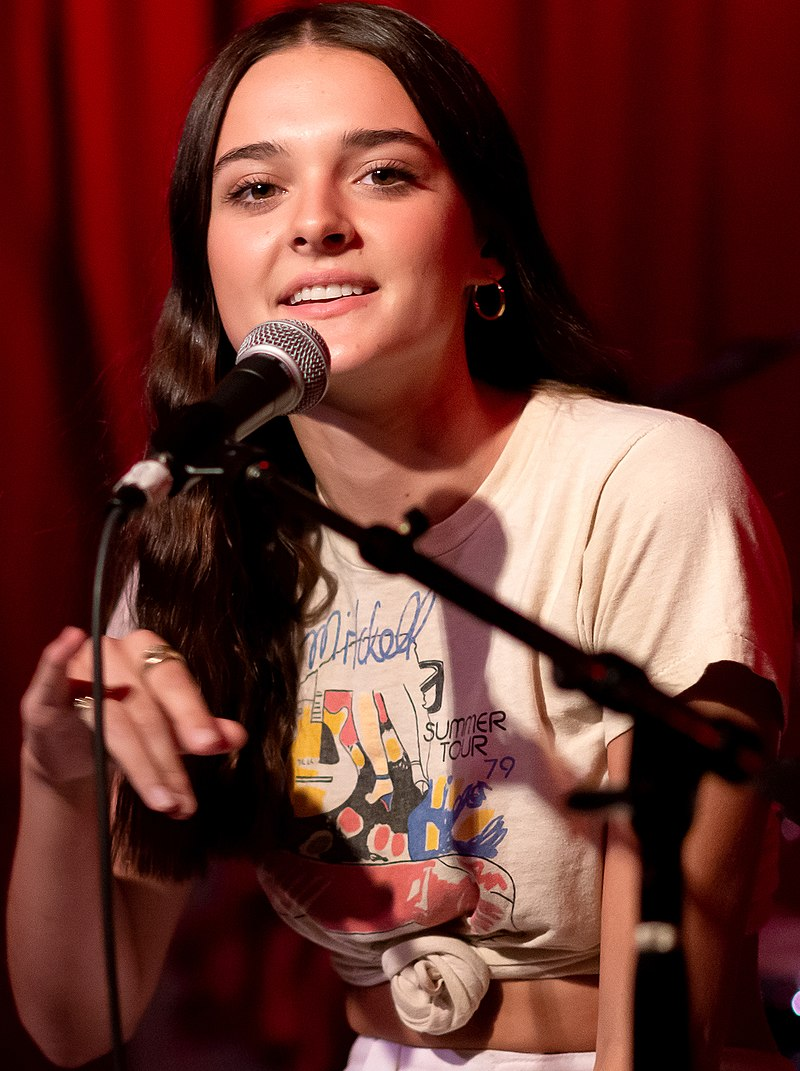 美國歌手夏洛特·勞倫斯(Charlotte Lawrence)。(Justin Higuchi/維基百科)
