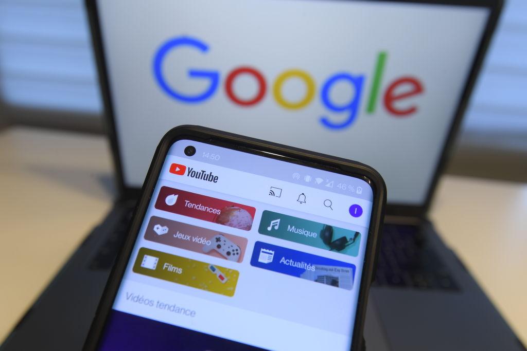 Brave的官網發文表示Chrome(谷歌的瀏覽器)是史上最沒私隱的瀏覽器。圖為手機和手提電腦與谷歌網站。(LAURIE DIEFFEMBACQ/BELGA MAG/AFP via Getty Images)